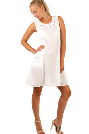 55defa630821 Krátke letné šaty s výraznými vreckami a krajkou